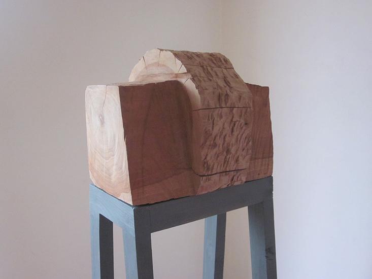 Hout 31 X 25 X 22 cm. op open stalen sokkel-Atelier Franssen
